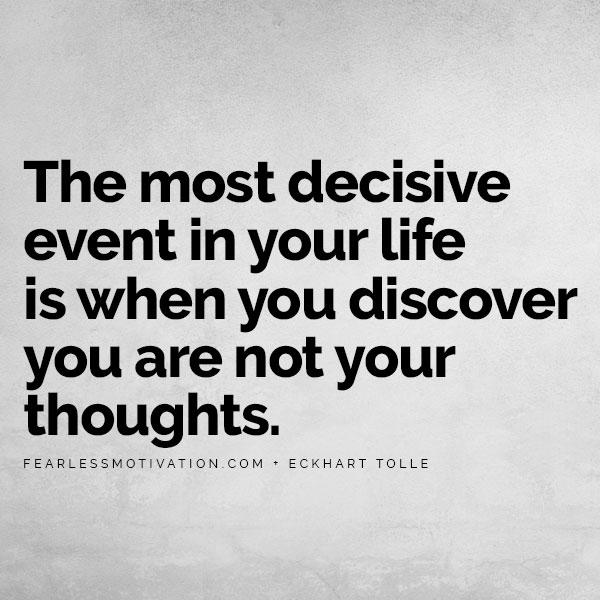 Come cambiare completamente la tua vita: 5 consigli per spostare lo slancio ECKHART TOLLE CITAZIONE CITAZIONE PENSIERO ANSIA CONTROLLO DELLO STRESS LEGGE MENTALE DELL'ATTRAZIONE SUCCESSO L'evento più decisivo nella tua vita è quando scopri che non sei i tuoi pensieri.